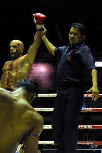 """BU: Trotz Stirnverletzung bei einem Kampf in Thailand gab """"The Bull"""" nicht auf und schickte seinen Gegner in der 5. Runde auf die Matte.  Copyright: Kickboxen Deutschland"""